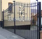 портална врата с две отварящи се крила от ковано желязо