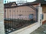 кована ограда желязна на зидана основа