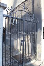 порта с две отварящи се крила от ковано желязо